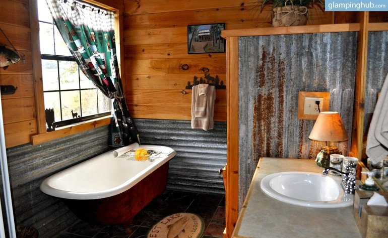 Log cabin nestled in woods on lake texoma texas for Lake texoma cabins with hot tub