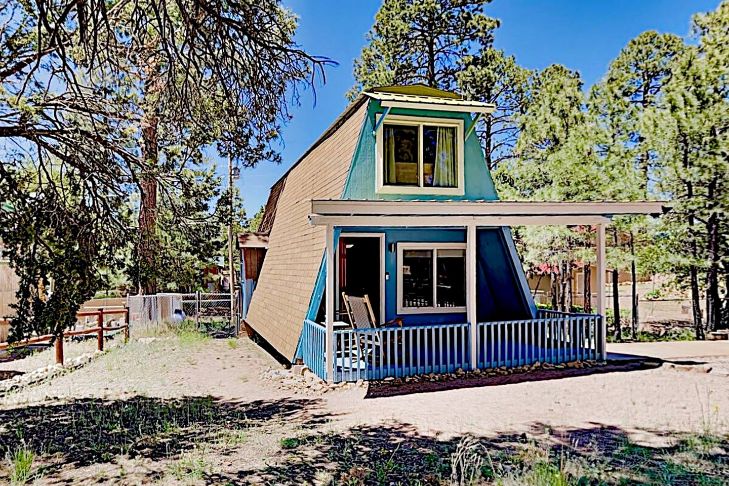 This immaculate Arizona cabin rental is ideal for a nature retreat.
