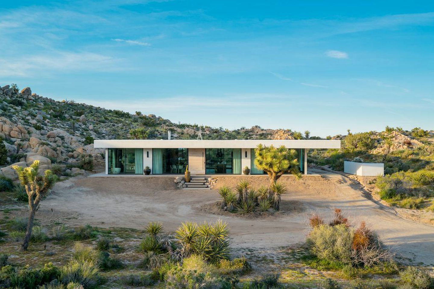 The spectacular Joshua Tree rental, a stunning house with pool for rent in California, perfect for getaways from Los Angeles