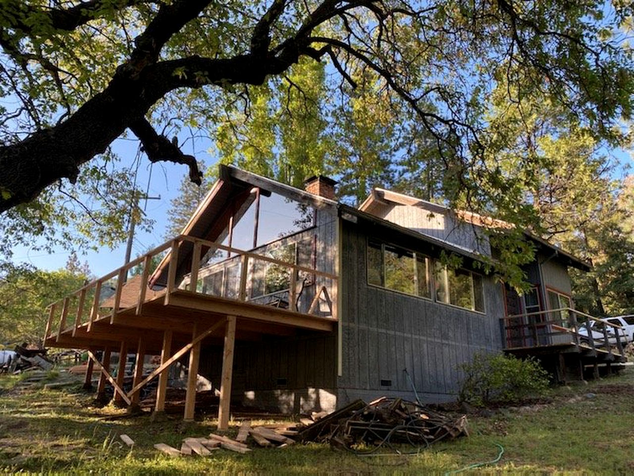 This cabin rental comes with a fabulous deck and is ideal for a getaway in California
