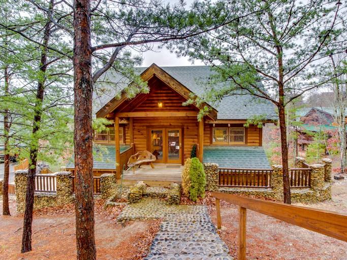 Luxurious Woodland Log Cabin Near Smoky Mountain National Park Tennessee