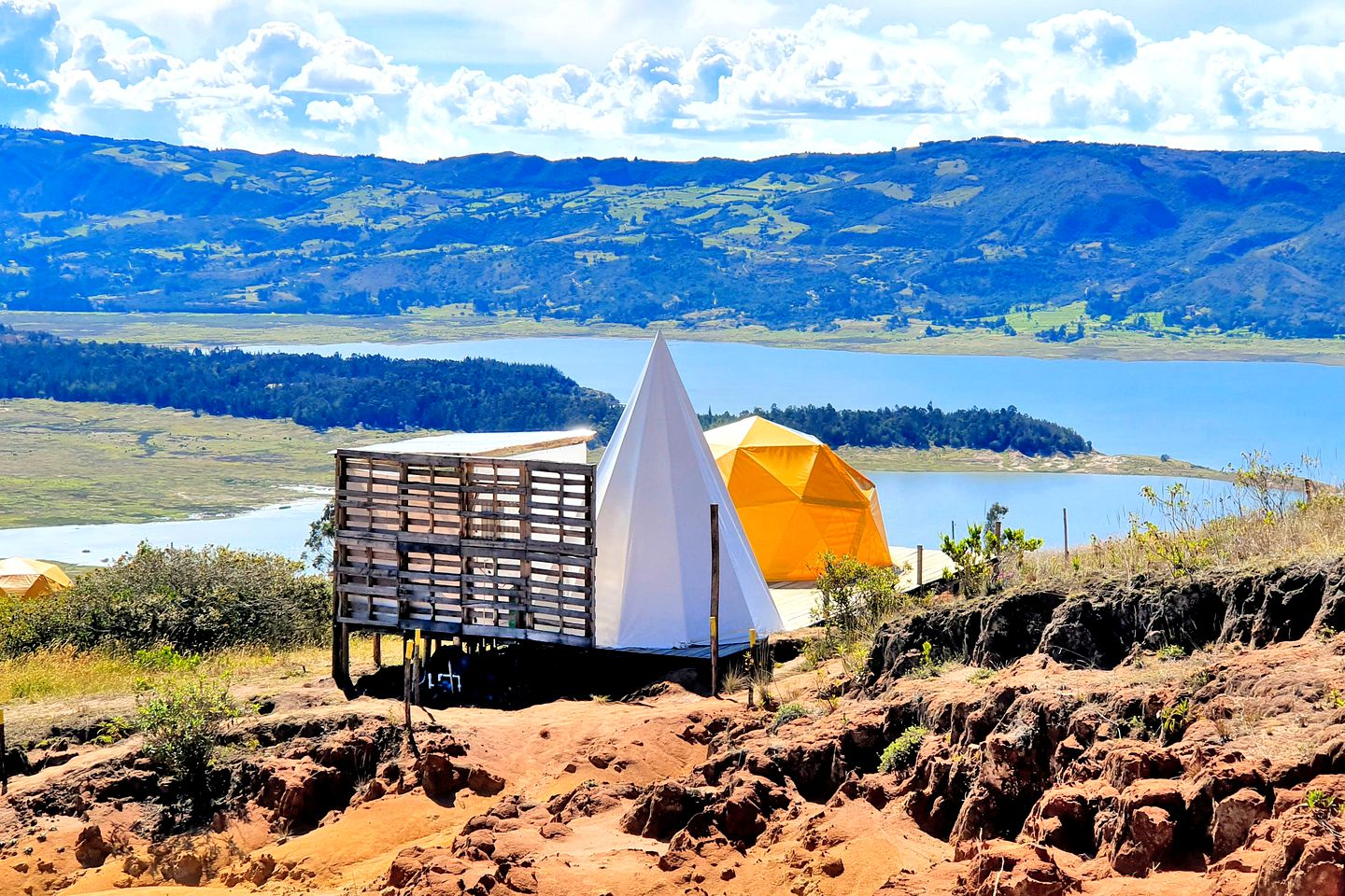 Beautiful lakeside colours in Guatavita rental accommodation (Columbia)