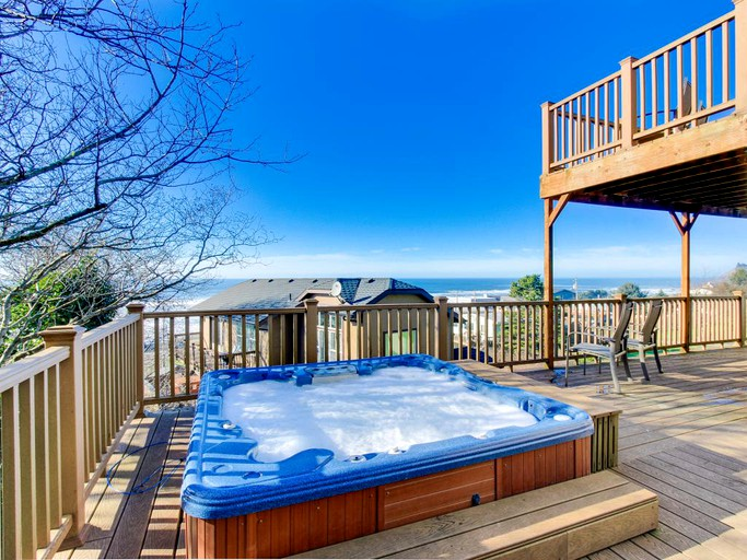 Family-friendly Beach Rental with Outdoor Hot Tub In Lincoln City, Oregon