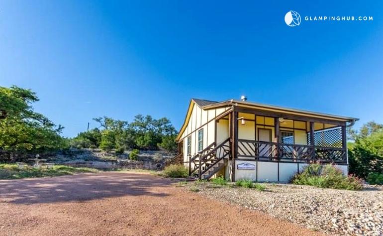 Serene cabin rental in fredericksburg texas for Cabin rentals fredericksburg tx
