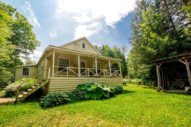 Enjoyable Gorgeous Cottage Rental On A Peaceful River Near Montreal Quebec Home Interior And Landscaping Analalmasignezvosmurscom