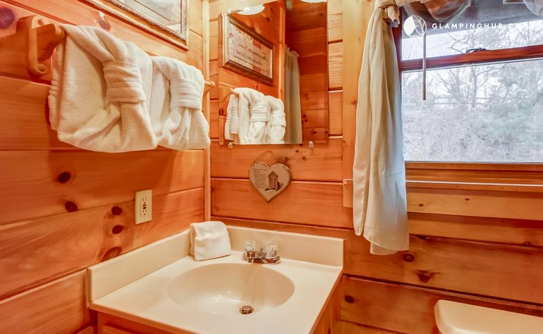 Cabin with a hot tub in pigeon forge tennessee for Pigeon forge cabins with hot tub