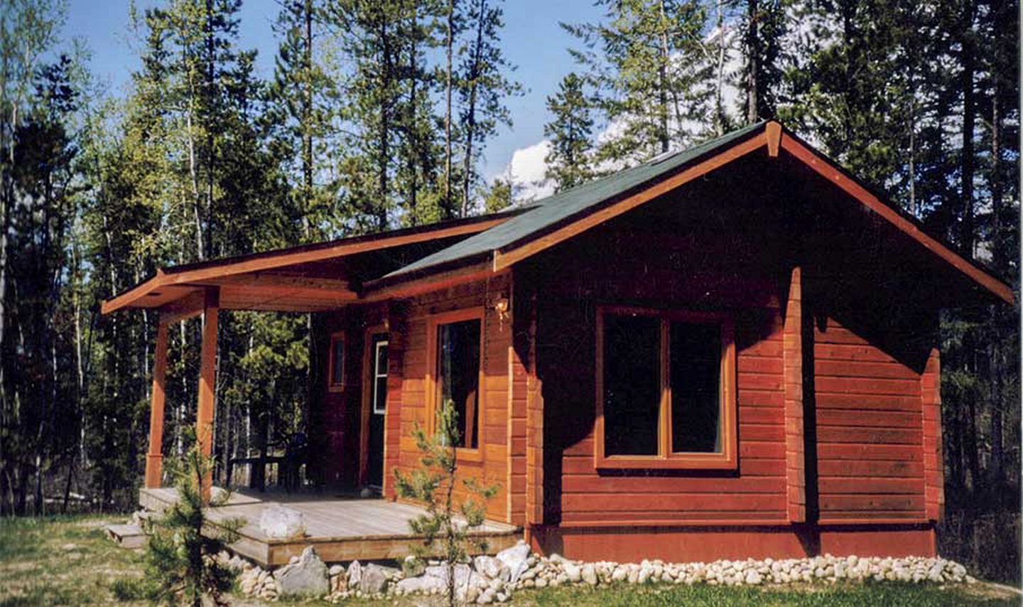 Enjoy the best Mount Robson cabins today: exterior of cozy vacation rental