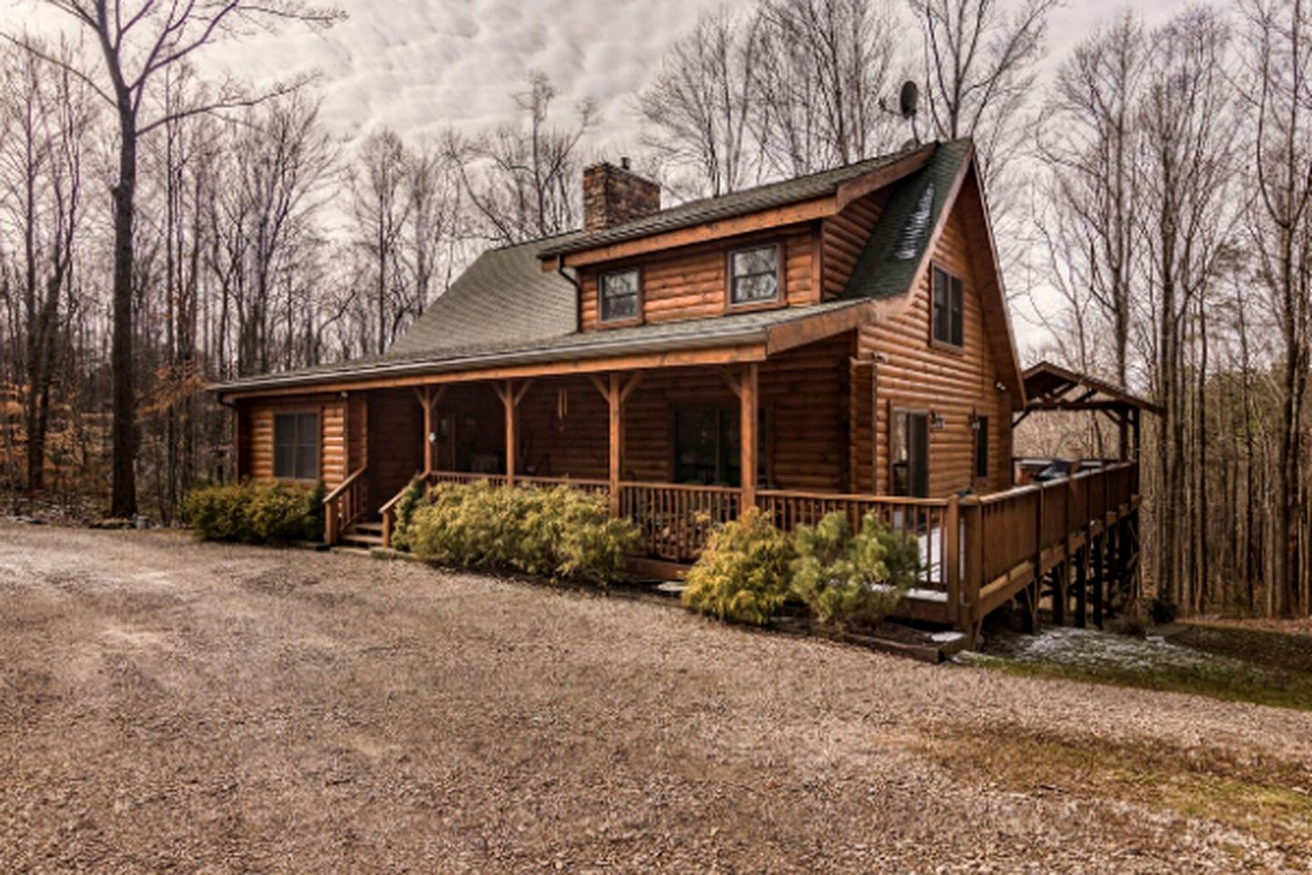 Luxury cabin rental with hot tub near Logan, Ohio