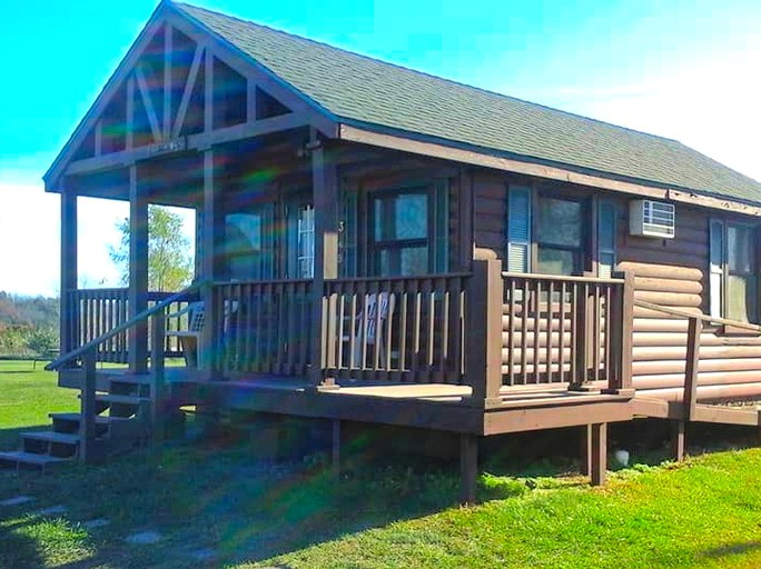 Charming Cabin Rental With A Picnic Table On The Shores Of Rathbun Lake Iowa