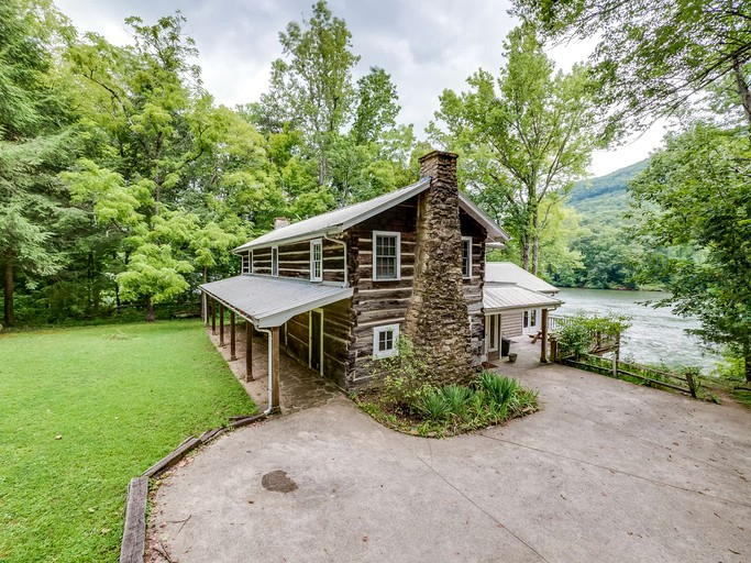 Idyllic Family Friendly Cabin Rental On The Banks Of The Tennessee River Near Chattanooga In Tennessee