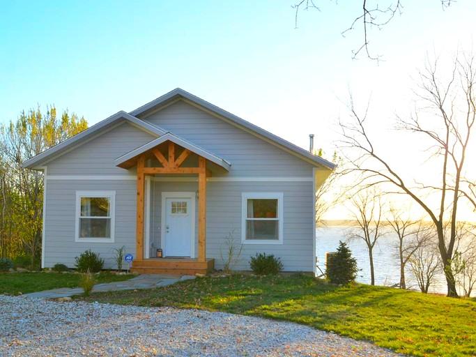 Comfortable And Modern Cabin Rental On Lake Red Rock Near Pella Iowa