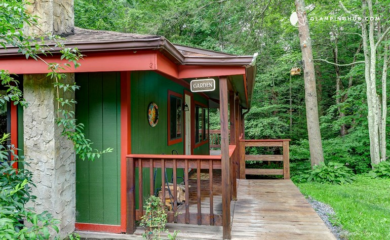 Secluded cabin in poconos mountains of pennsylvania for Cozy cabins pa
