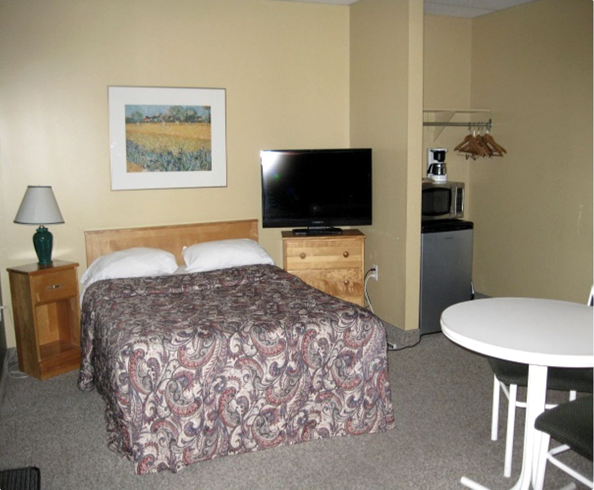 Suite in a secluded lodge and other Cochrane rentals.