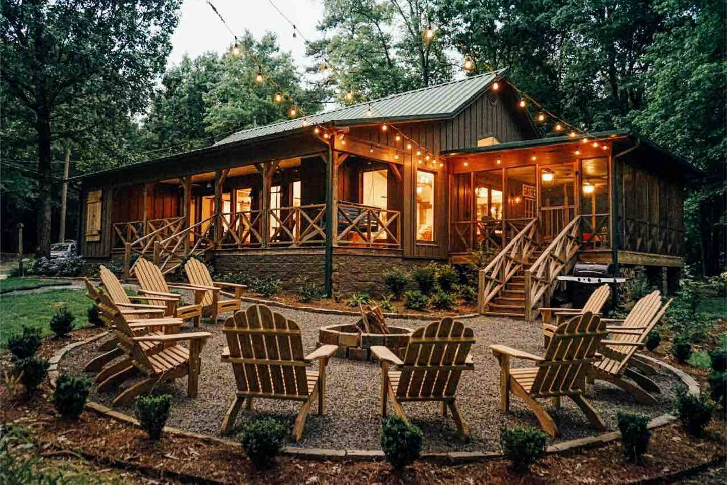 This Mississippi cabin rental is perfect for a group of guests to go glamping