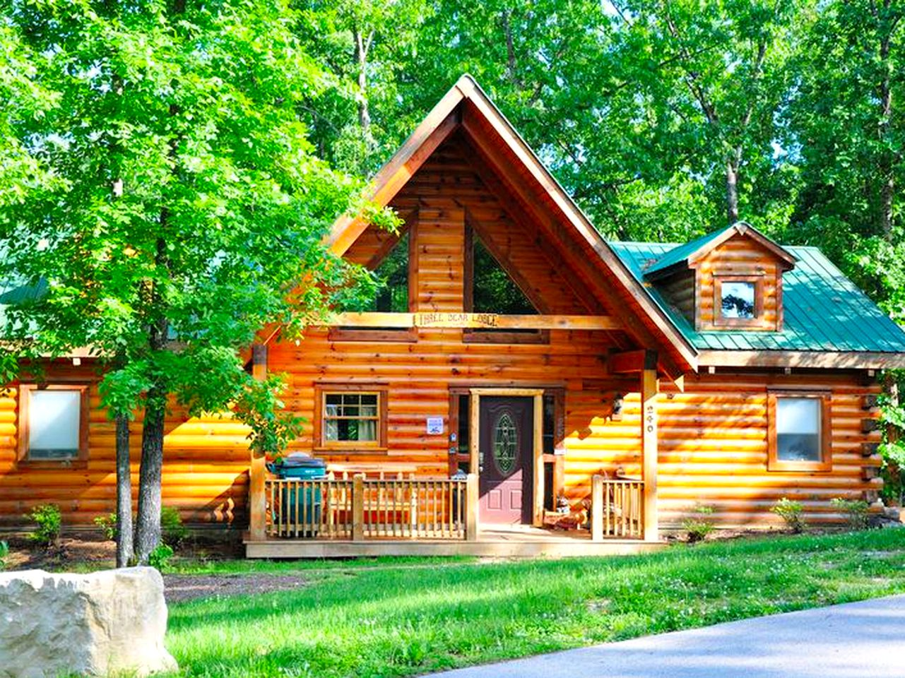 Deluxe Log Cabin Rental with Hot Tub near the Ozarks (Ridgedale, Missouri, United States)