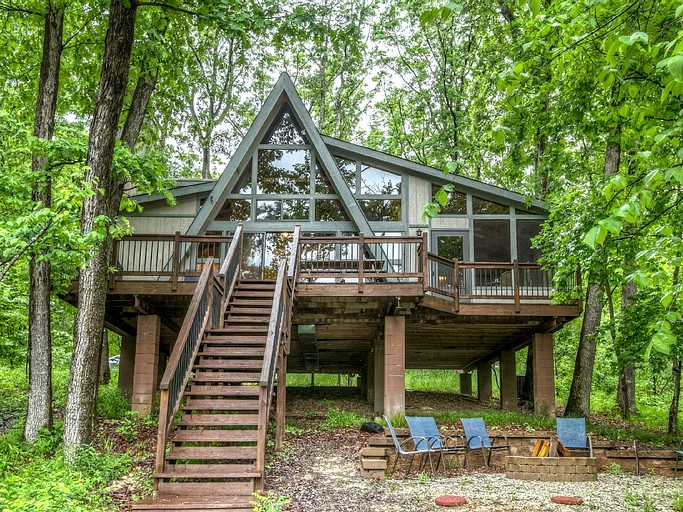 Family-Friendly Lakefront Cabin with Gorgeous Views near Columbia, Missouri