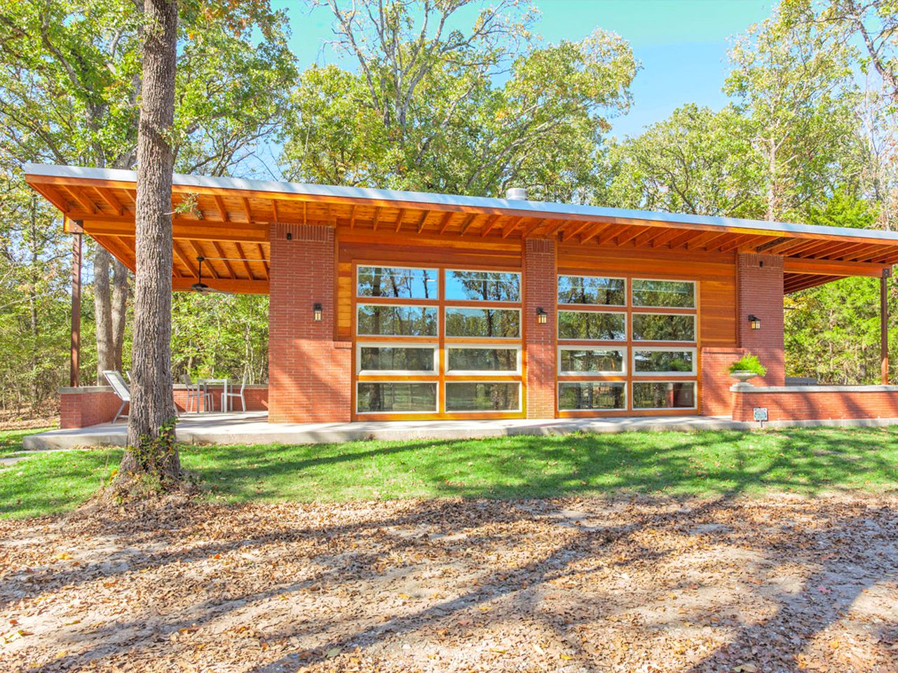 Cabin rental inspired by Frank Lloyd Wright, in Texas for a weekend getaway from Dallas.