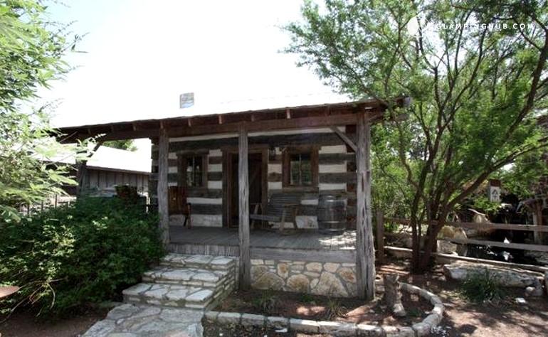 Rustic cabin rental in fredericksburg texas for Cabin rentals fredericksburg tx