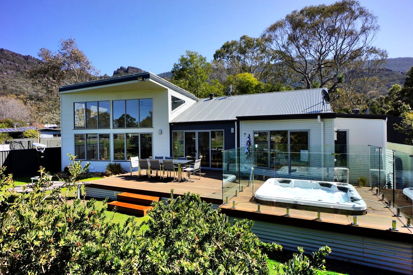 This Grampians luxury accommodation is perfect for a family getaway in Victoria. The deck area comes with a spa tub and plenty of seating!