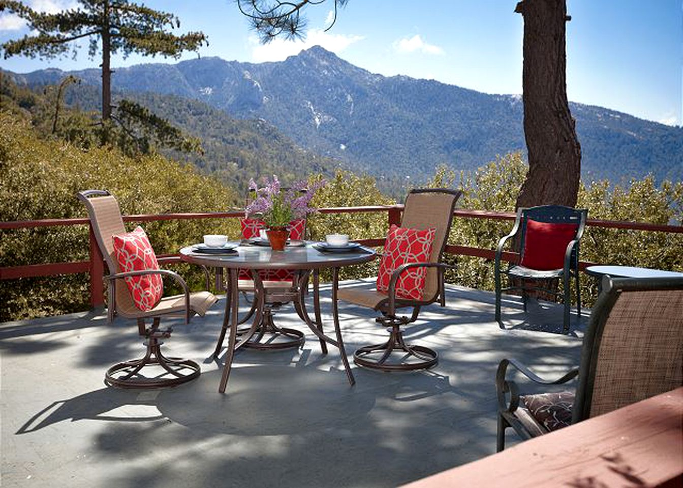 Cabin rental in the San Jacinto Mountains in Idyllwild, California.