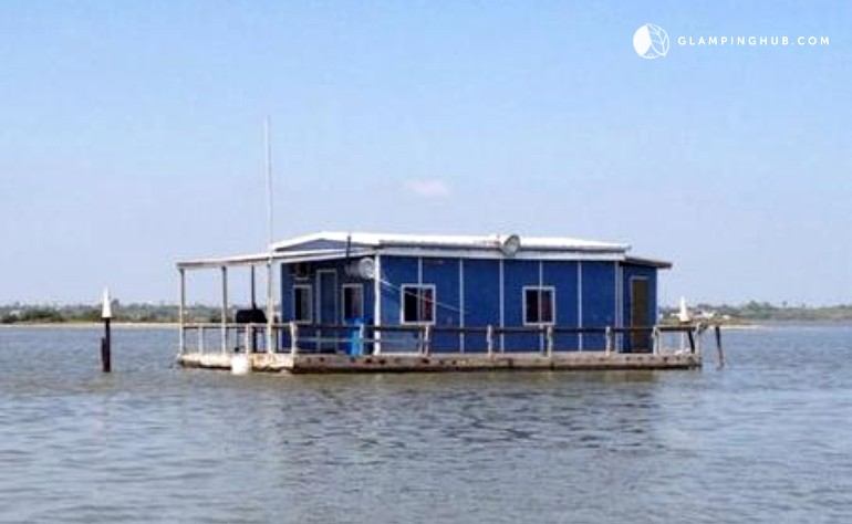 Floating fishing cabin in corpus christi texas for Fishing cabins for rent in texas