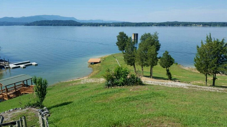 Lakefront Cabin with a Private Dock in Baneberry, Tennessee