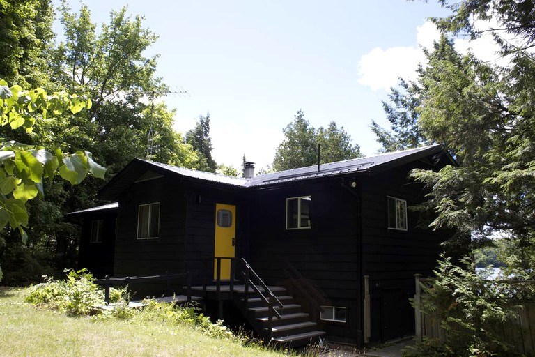 Lakeside Cottage Rental with Private Deck near Huntsville, Ontario