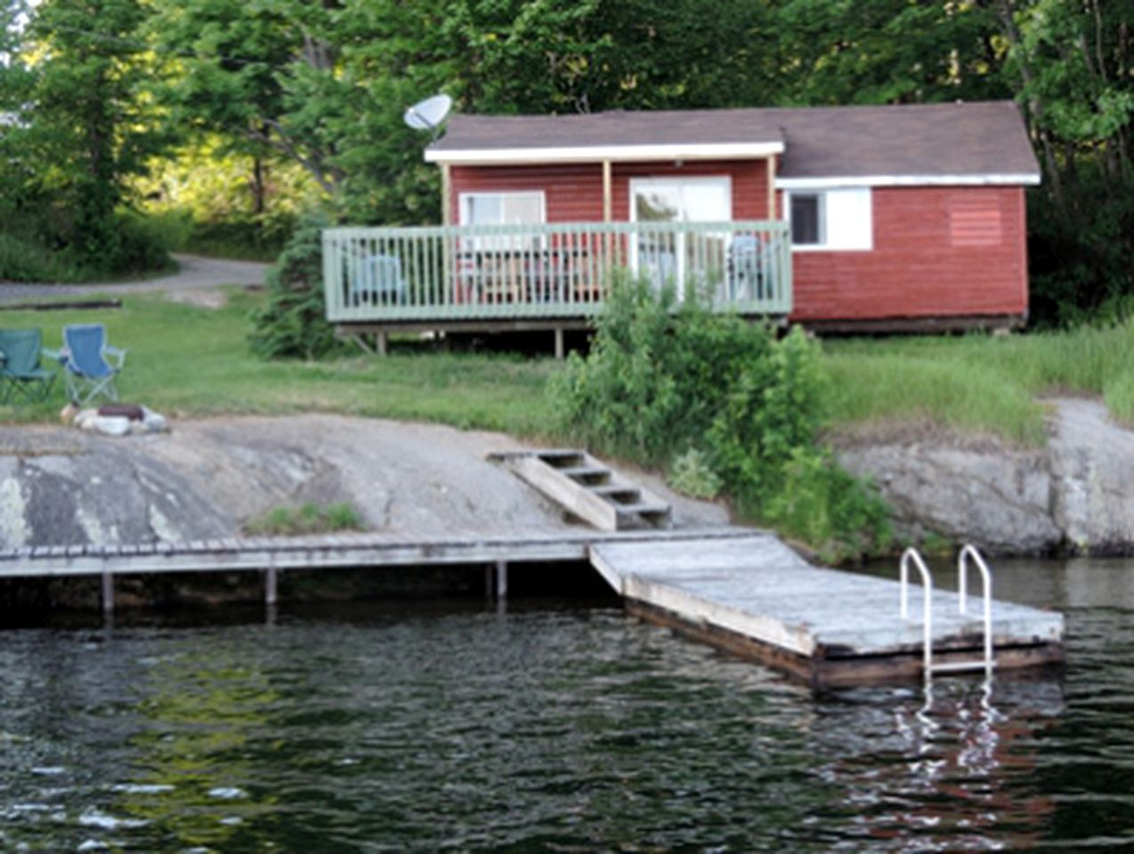 Outside of one of the best Ontario cottage rentals with hot tub facilities