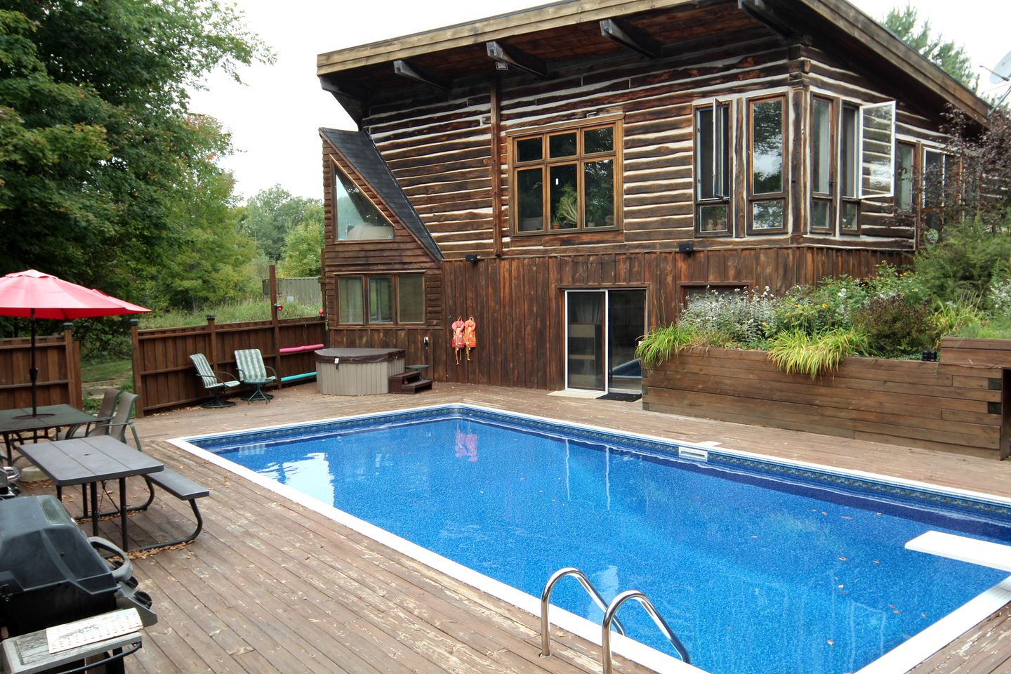 Cabin rental with private pool in Ontario.