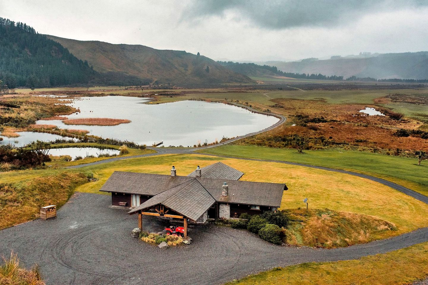 This epic Mt Hutt lodge is the ideal getaway in South Island. Holiday rentals in true peace and quiet!
