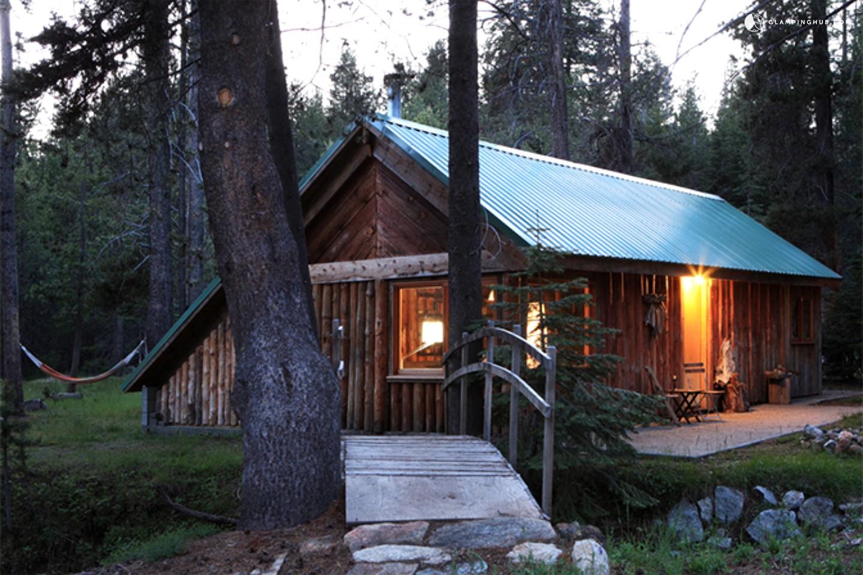 Log cabin next to yosemite national park california for Yosemite park camping cabins