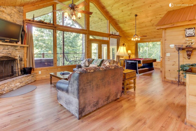 Pet friendly mountain cabin near helen georgia for Helen luxury cabin rentals