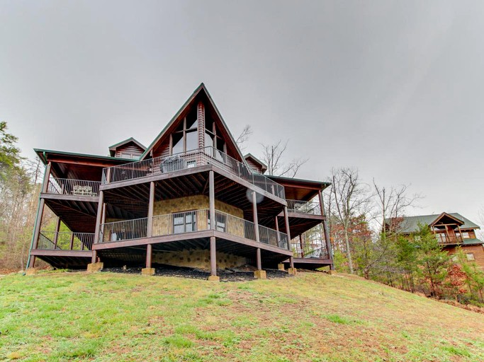 Pet-Friendly Luxury Cabin for 14 in the Majestic Smoky Mountains, Tennessee