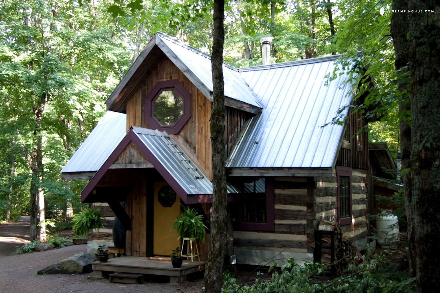 Log camping cabin in ontario canada for Canadian log cabins