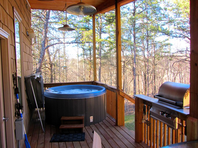 Rustic Cabin Rental with a Fabulous Hot Tub near Hocking Hills State Park,  Ohio