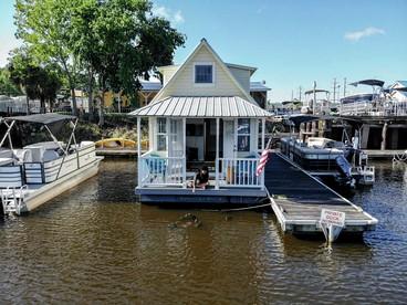 Houseboat Glamping