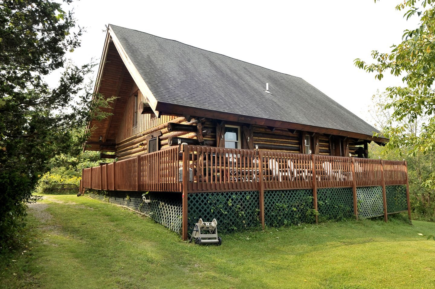 Lovely, green lawn in front of one of our luxury cabins for rent in Coloma, Michigan (USA)