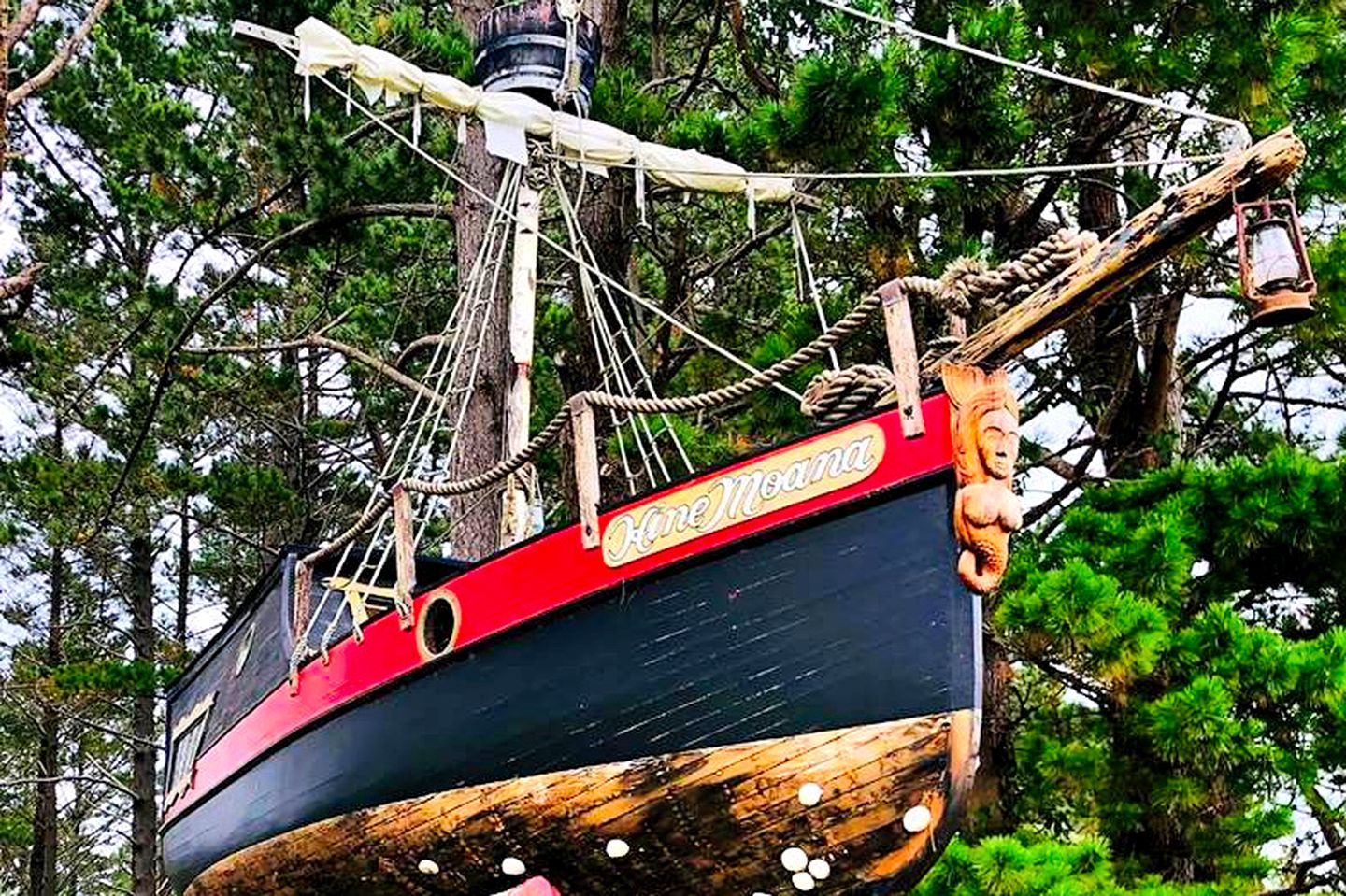 This incredible pirate ship is perfect for glamping near Auckland. Holiday houses have never been so unique!