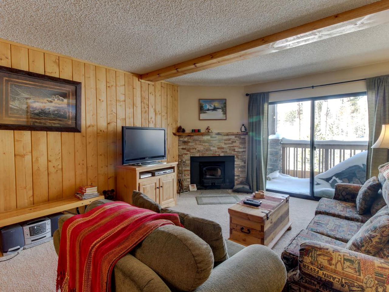 Living room with TV and fireplace in Mammoth Lakes vacation rental for a visit to Yosemtie National Park.