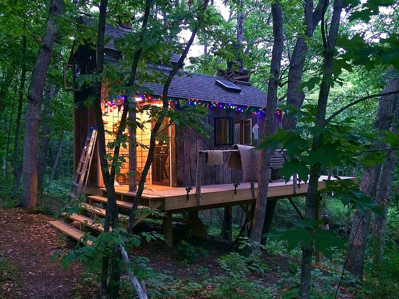 Tree house with christmas lights in Nauvoo, Illinois for a weekend getaway in the forest.