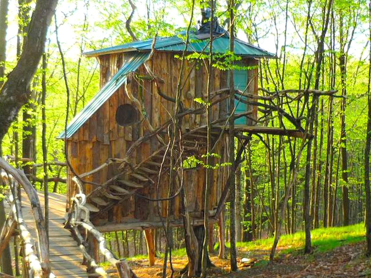 Unique treehouse rental for a weekend getaway in Vermont.