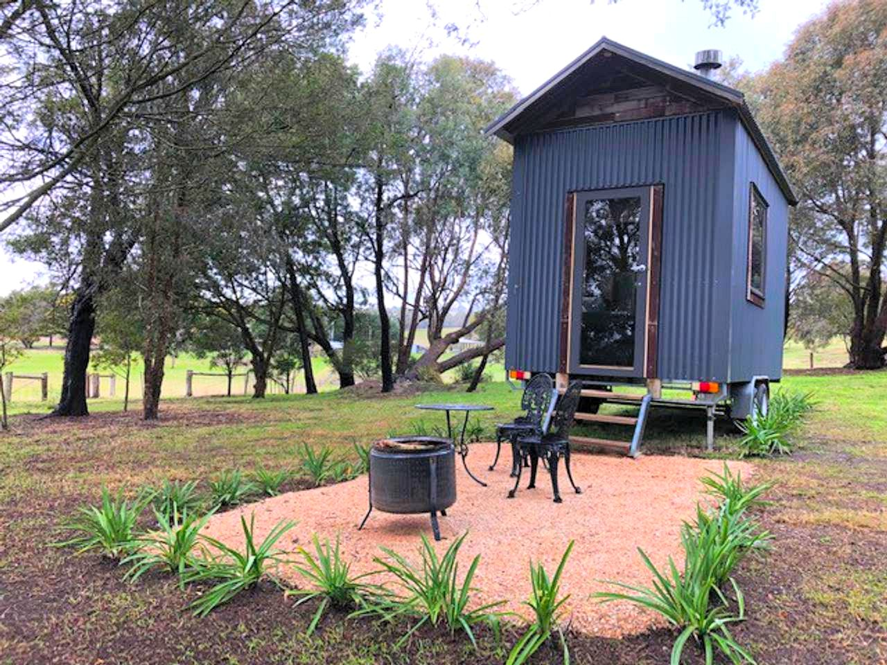 Surrounded by countryside and on a charming hobby farm lies this tiny house for rent. Melbourne is just under an hour away