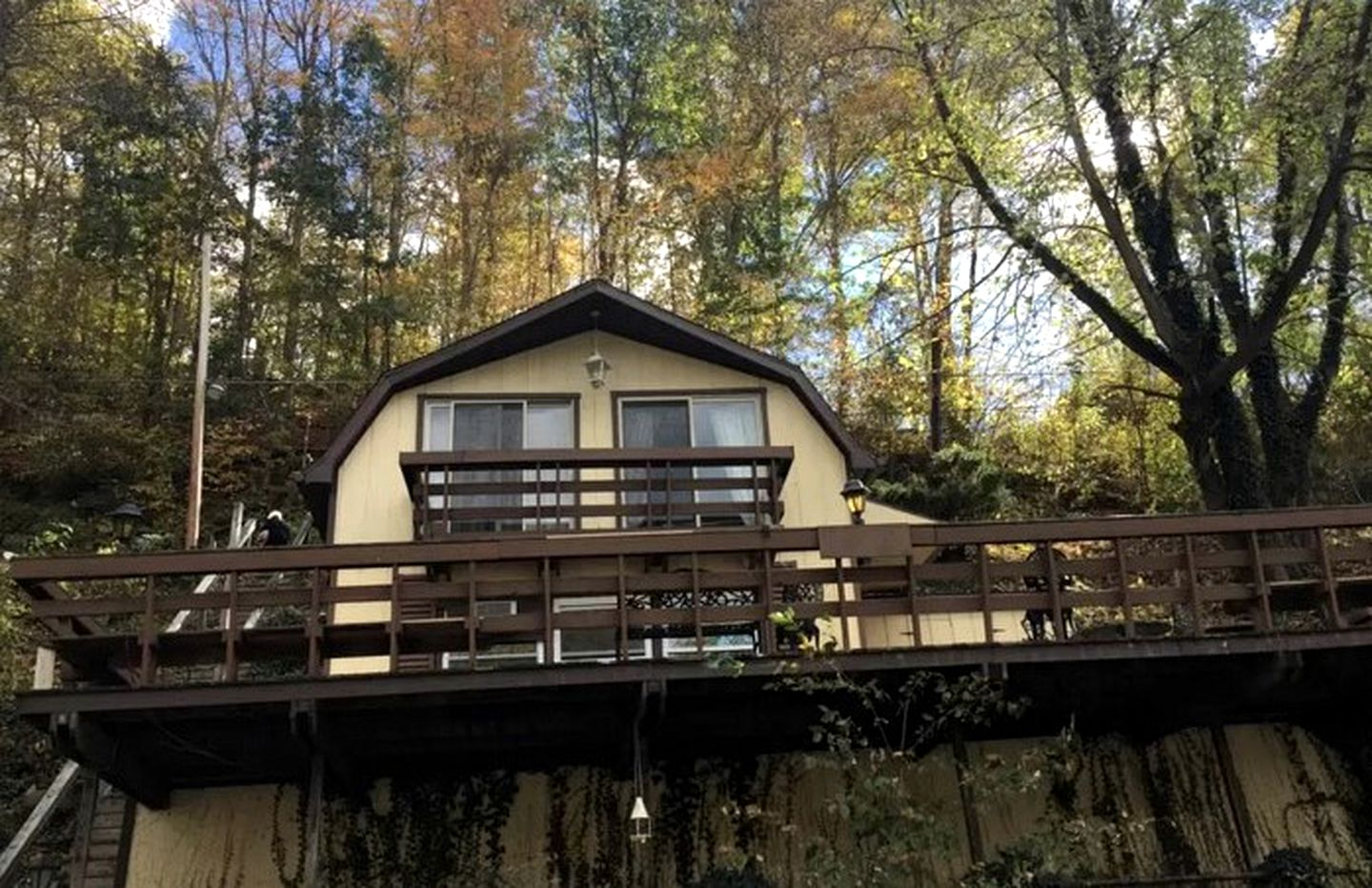One of the best cabin rentals, Morgantown, WV has to offer for waterfront accommodation