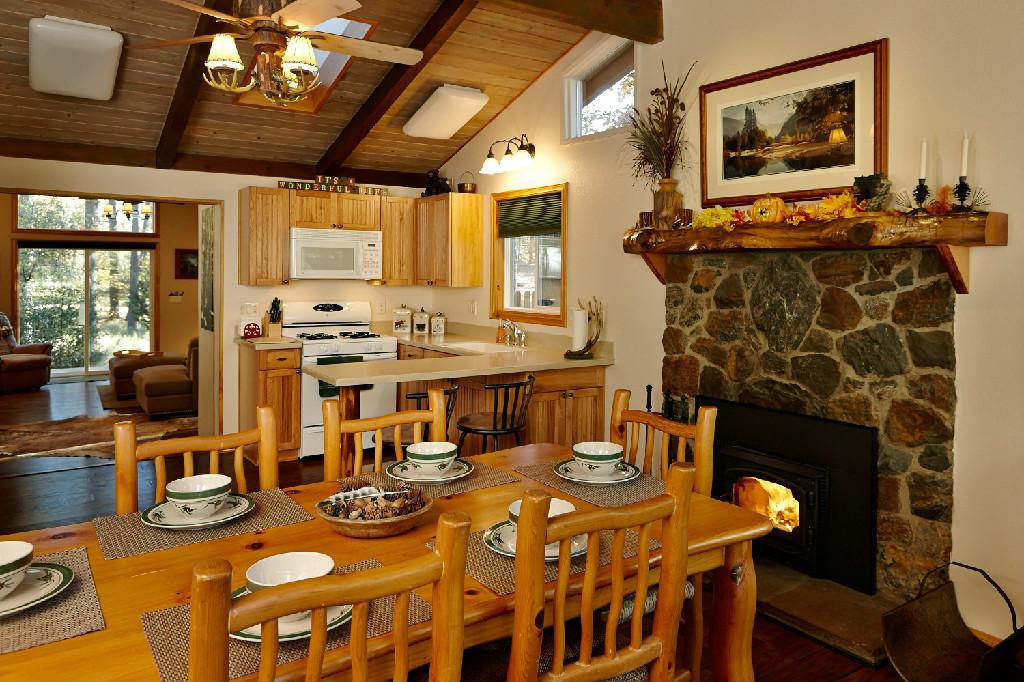 Woodland cabin rental in idyllwild california for Knotty pine cabins idyllwild