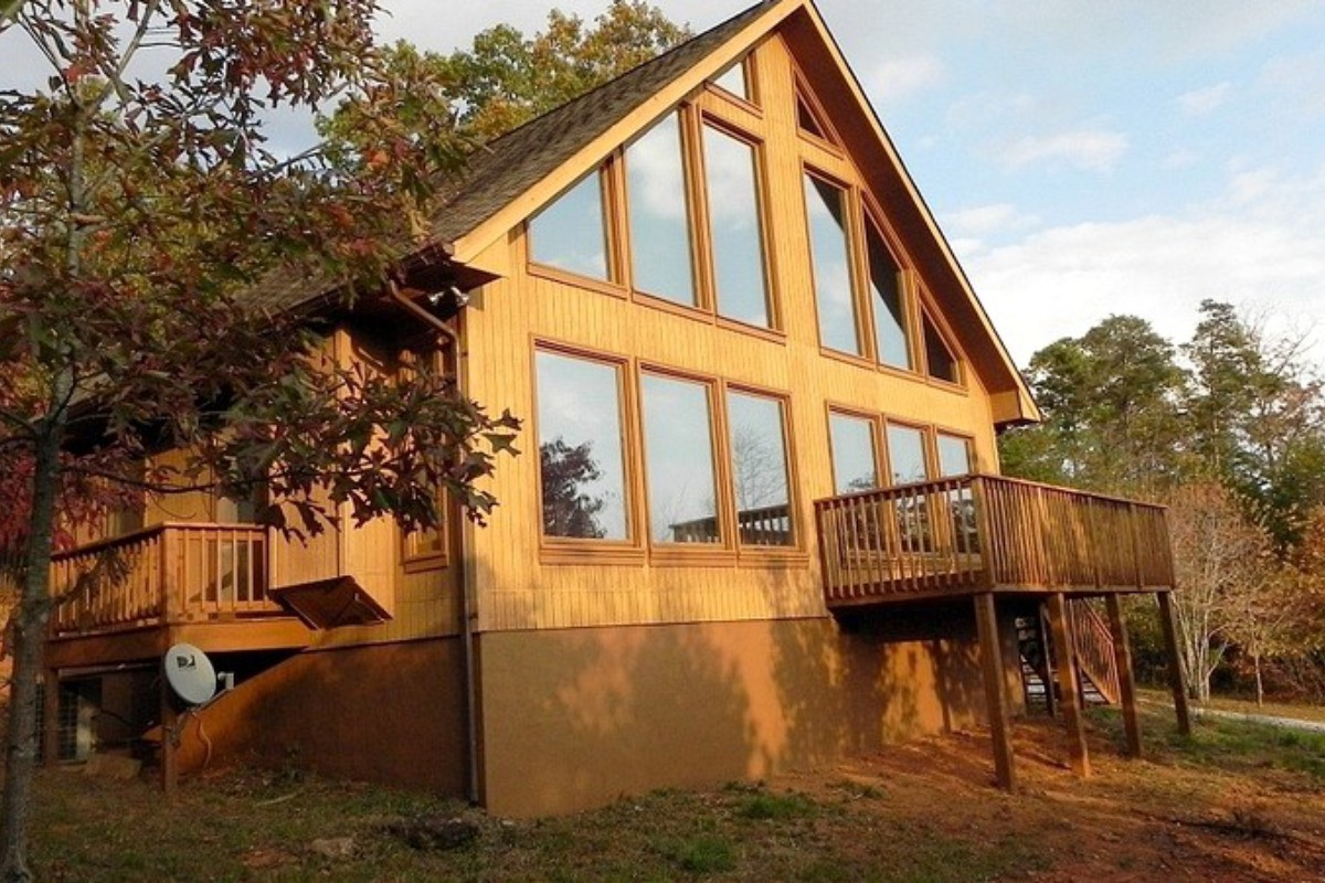 couple north deal bed helen cabin georgia s in image area property home luxury the conservation honeymoon ga beach yards cleveland cabins ha near from